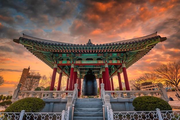 釜山の日没時に釜山タワーのビュー