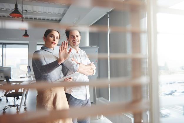 사무실에서 일하는 비즈니스 커플의 보기