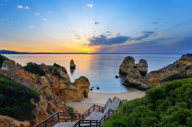 Вид на пляж камило на рассвете, алгарве, португалия