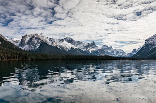 Вид на отражение канадских скалистых гор на озере малинь в национальном парке джаспер, ab, канада
