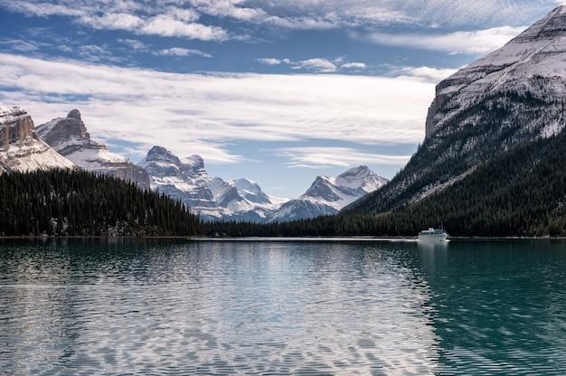 Вид на канадские скалистые горы с туристического парома, курсирующего по озеру малинье в национальном парке джаспер, ab, канада