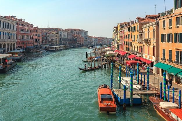 Вид на гранд-канал. различные лодки проплывают мимо прекрасного архитектурного комплекса набережных.