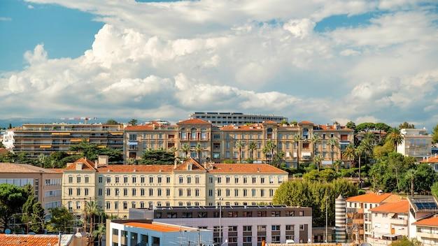 Вид на канны франция несколько зданий, выполненных в традиционном стиле