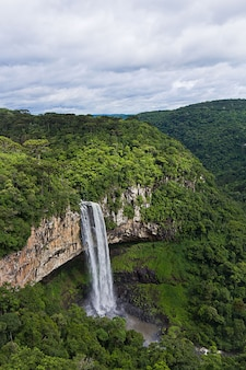 Вид на водопад каракол, город канела, риу-гранди-ду-сул, бразилия