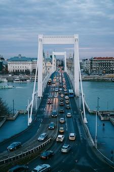 夕方にブダペストでドナウ川に架かるエリザベス橋を通過する車の眺め