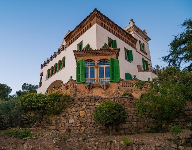 공원 guell에있는 casa marti trias의 전망.
