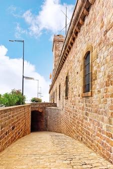 Вид на кастильо-де-монжуик на горе монжуик в барселоне, испания.