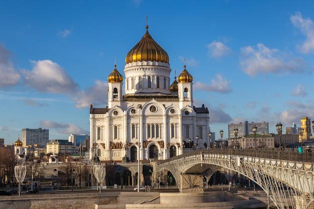 Вид на храм христа спасителя в москве с моста через москву-реку в солнечный день