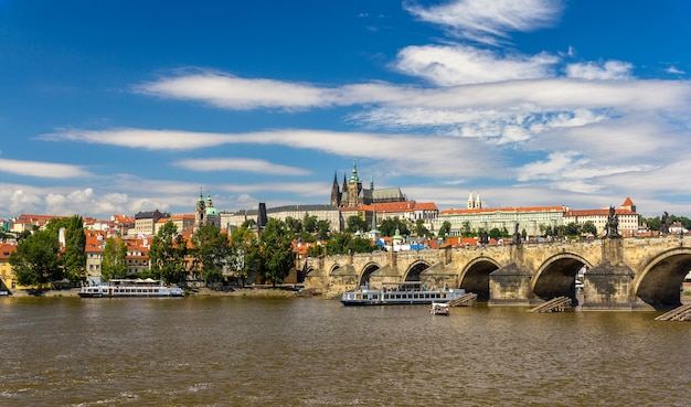 カレル橋とプラハ城の眺め