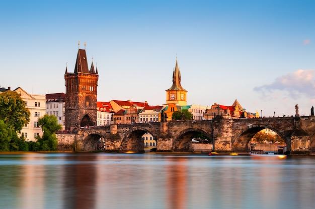 チェコ共和国プラハの日没時のカレル橋の眺め。有名な旅行先。長時間露光ショット