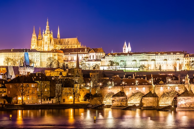 カレル橋、プラハ城、日没時にプラハ、チェコ共和国のヴルタヴァ川の眺め。