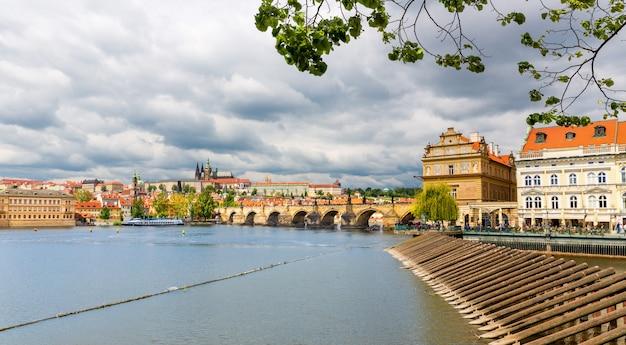 カレル橋、プラハ、チェコ共和国の眺め