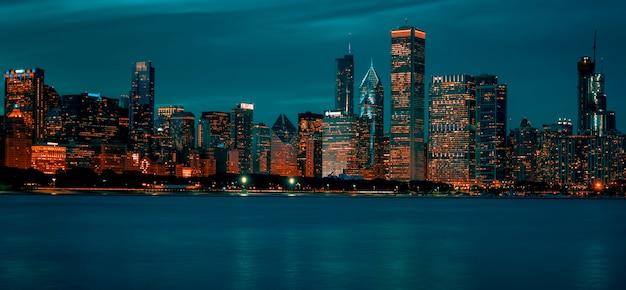 夜のシカゴのスカイラインの眺め、アメリカ。