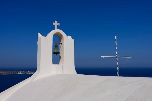 Вид на купол церкви в ие, санторини, греция
