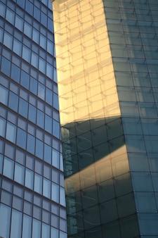 日光の影のある街の建物の眺め