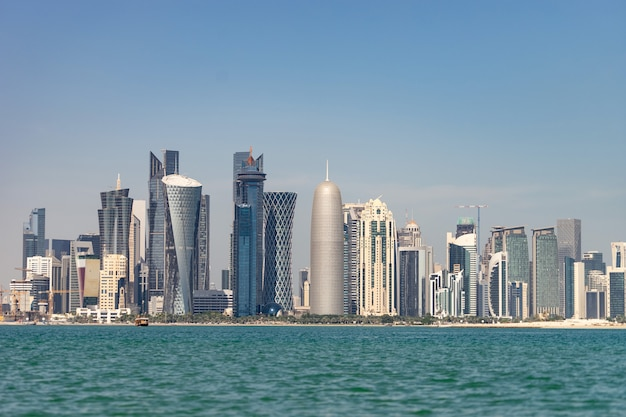 Вид на центр города с небоскребами с другой стороны моря в дохе, катар.