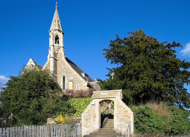 화창한 봄날의 클리프턴 햄든 교회의 전망