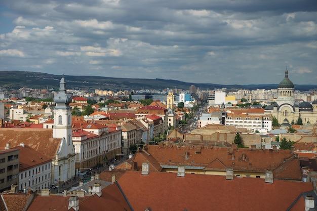 Вид на центр города клуж-напока с крыши летом.