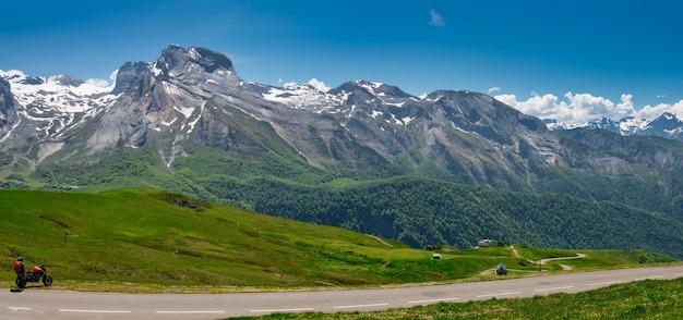フランスのピレネー山脈のオービスク峠の眺め