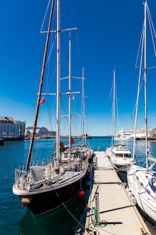 Вид на красочную архитектуру в стиле модерн в порту города олесунн
