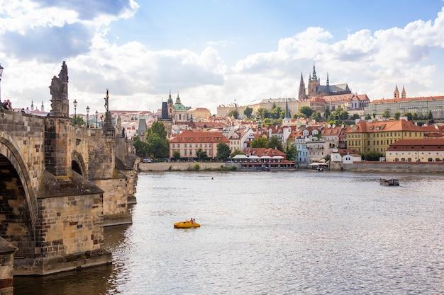 Вид на красочный старый город и пражский замок с рекой влтава чешская республика