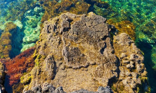 Вид на красочное море линозы, сицилия