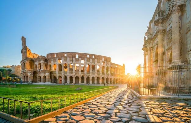 夕暮れ、イタリア、ヨーロッパのローマのコロッセオの眺め。