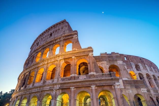 Вид на колизей в риме в сумерках, италия, европа.