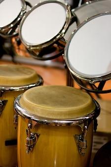 ミュージシャンのための店でのコンガとドラムの眺め