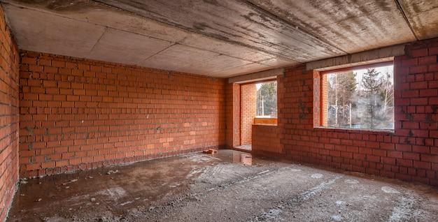 寒い冬の天候の間にアパートの建物の建設現場の眺め