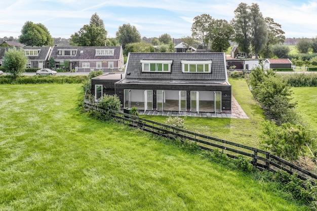 田園地帯の居心地の良い小さな家の眺め
