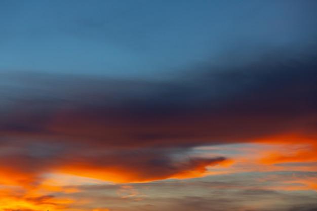 夜明けの空と日の出の眺め。自然の背景