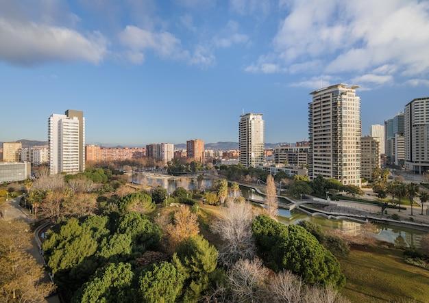 Вид на парк диагональ мар, дорогой район с современными многоэтажками. район недалеко от моря в барселоне, испания.