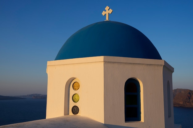 Вид на купол в ие, санторини, греция.