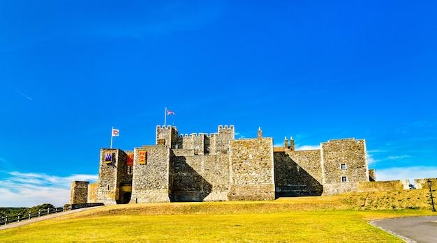 Вид на дуврский замок в графстве кент, англия