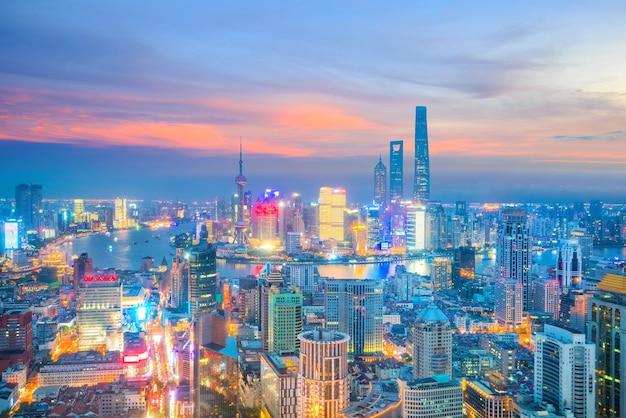 Вид на горизонт города шанхай в сумерках в китае