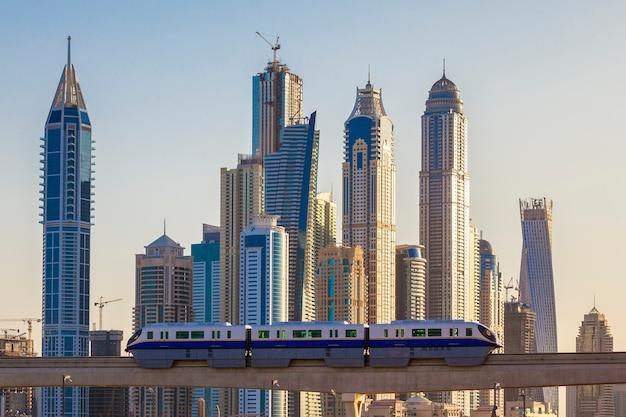地下鉄と高層ビルのドバイの眺め。