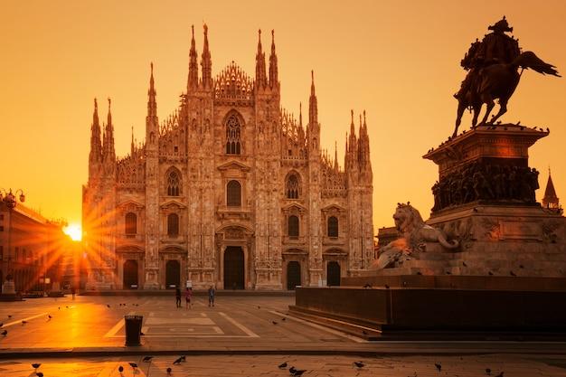 日の出、ミラノ、ヨーロッパのドゥオーモの眺め。