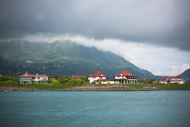 Вид на остров иден, маэ, сейшельские острова в пасмурную погоду