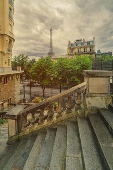 Вид на эйфелеву башню на улице в париже. эйфелева башня - это архитектура и достопримечательность парижа.