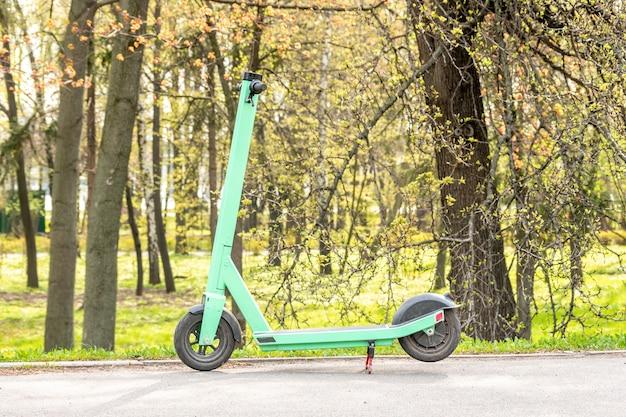 都市の公園で電動スクーターのビュー。