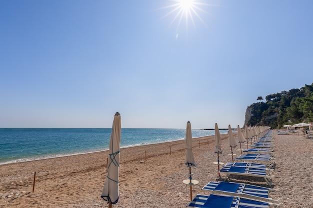 Вид на пустой пляж сан-микеле в ожидании туристов в италии