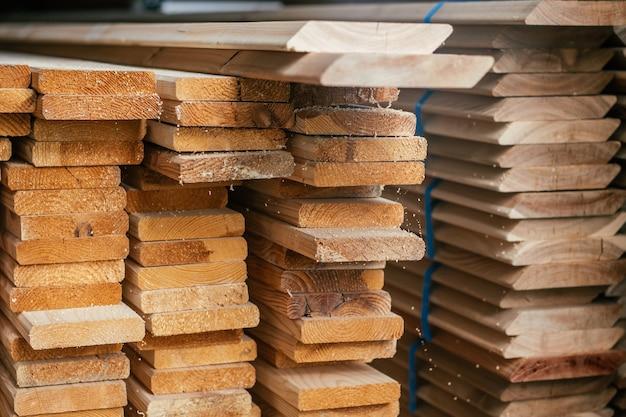 Вид на торцы уложенных обрезных досок для строительства забора или облицовки дома. пиломатериалы под строительство