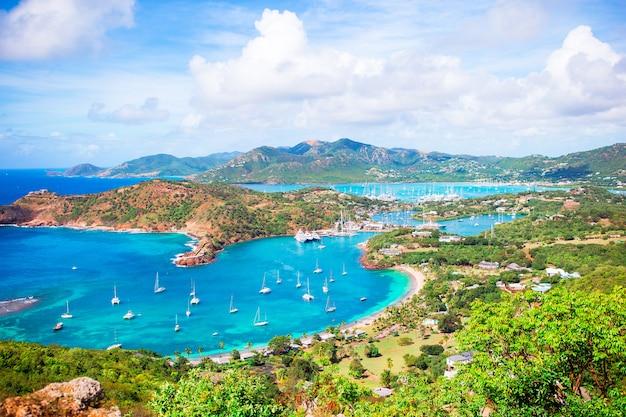 Вид на английскую гавань от ширли-хайтс, антигуа, райский залив на тропическом острове в карибском море