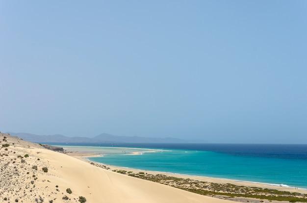 Взгляд пляжа esmeralda в фуэртевентуре, канарских островах, испании.