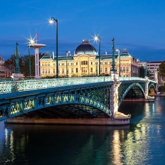 夜のリヨンの有名な橋と大学の眺め