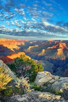 アメリカ合衆国、日の出の有名なグランドキャニオンの眺め
