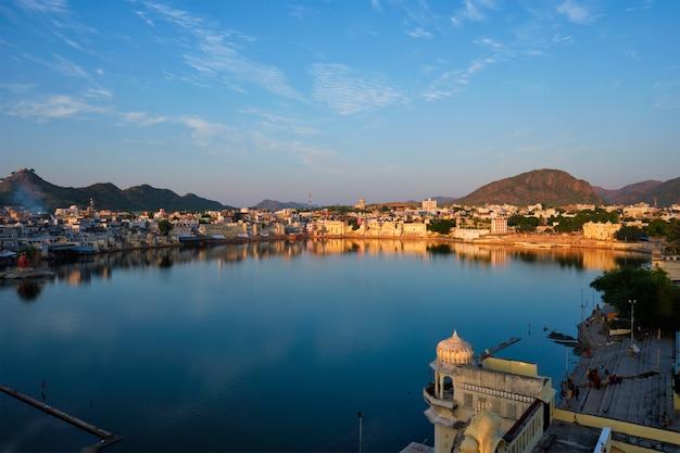 有名なインドの神聖な都市プシュカルプシュカルガートとの眺め。ラージャスターン州、インド