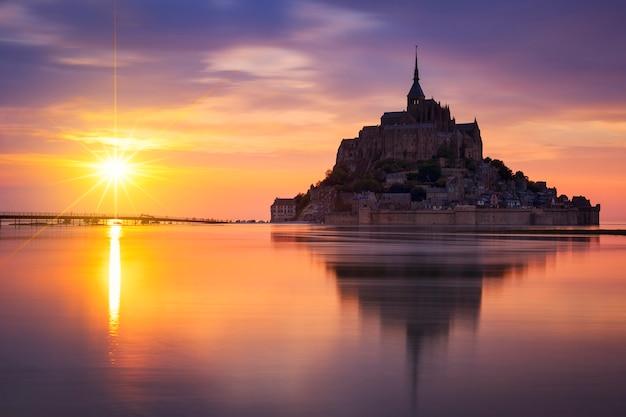 日没時の有名なモンサンミッシェル、フランスの眺め。