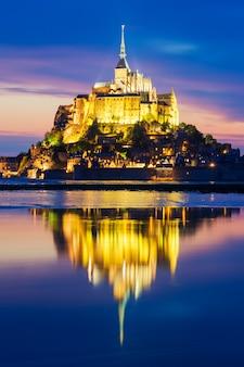 夜の有名なモンサンミシェルの眺め、フランス。